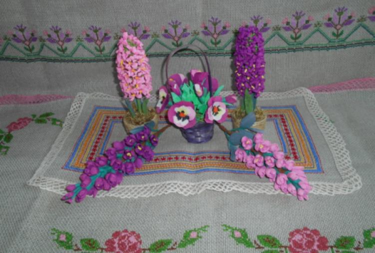 Haft krzyżykowy, pisanki, palmy wielkanocne oraz kwiaty z bibuły
